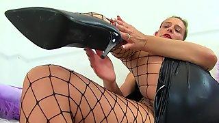 English milf Caz kicks her masturbation habits up a notch